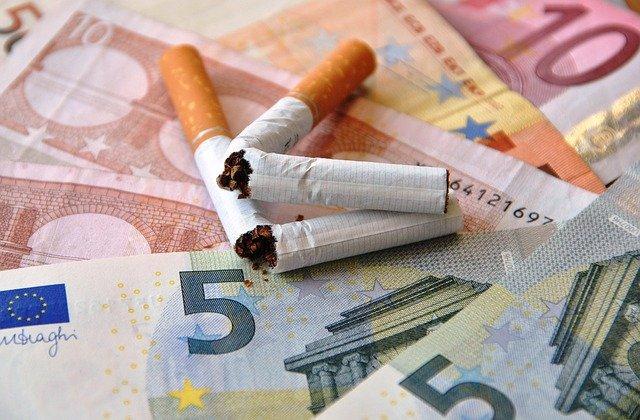 Euroscheine und Zigaretten